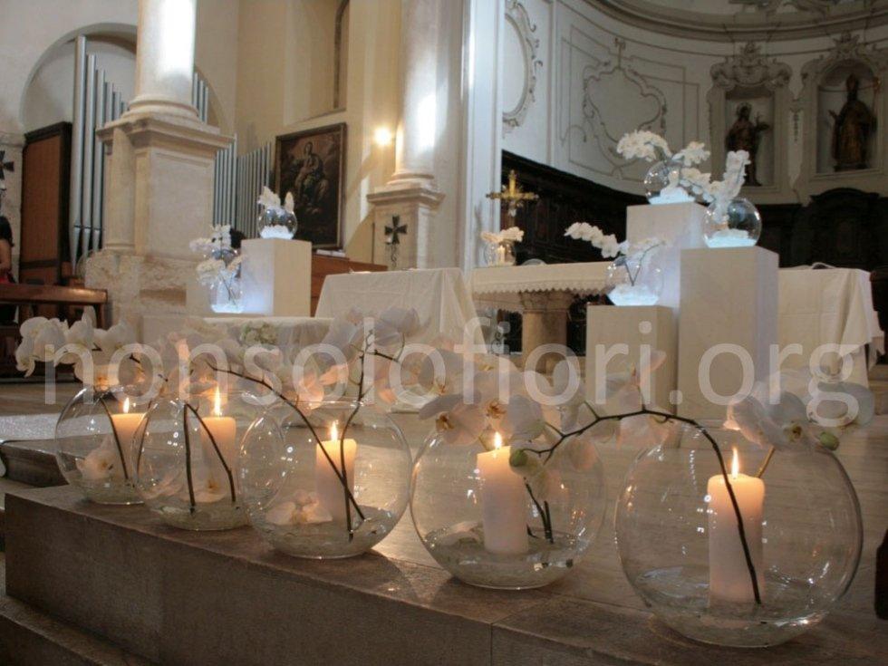 candele accese su altare