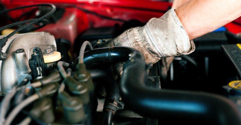 meccanico di auto con una chiave