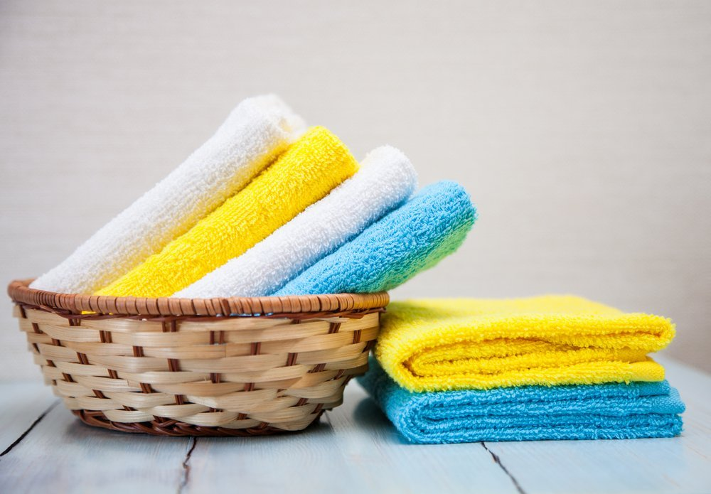 degli asciugamani di diversi colori