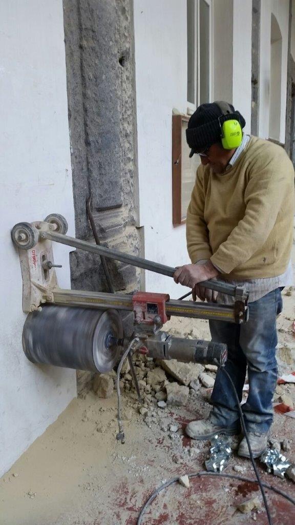 Carotaggio a secco dal diametro di 300 mm, parete in muratura di tufo 1.20m di spessore per la realizzazione di impianto ventilazio università Federico II di Napoli