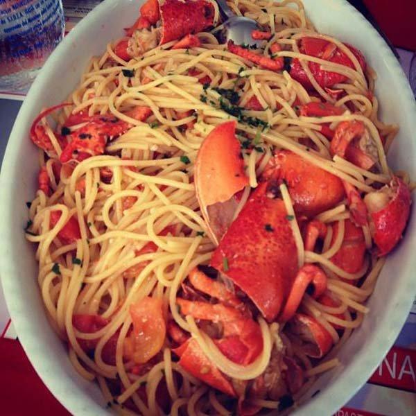 vassoio con spaghetti al granchio