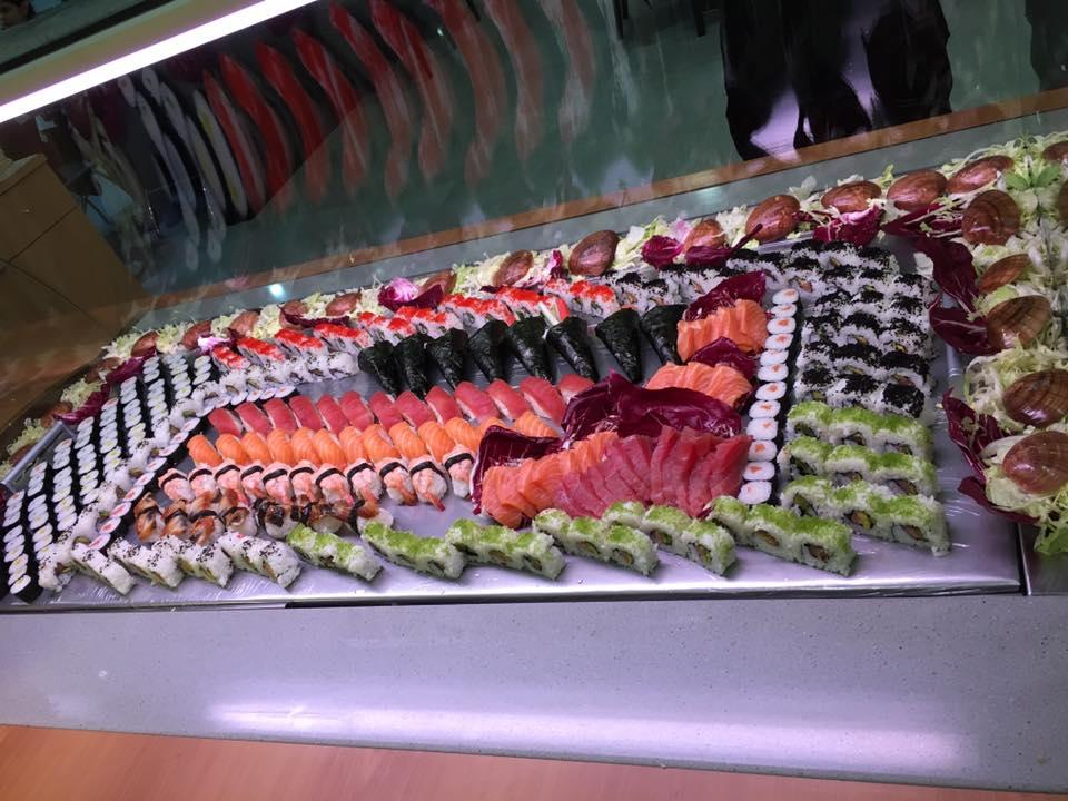 buffet di sushi con nigiri al tonno