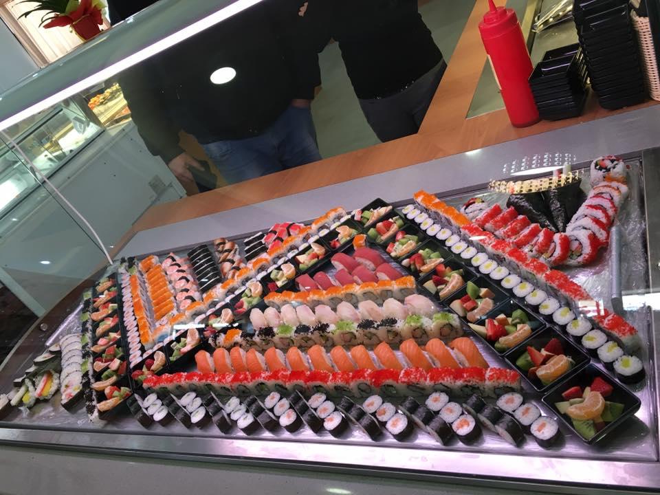 nbuffet di sushi decorato a formare un triangolo