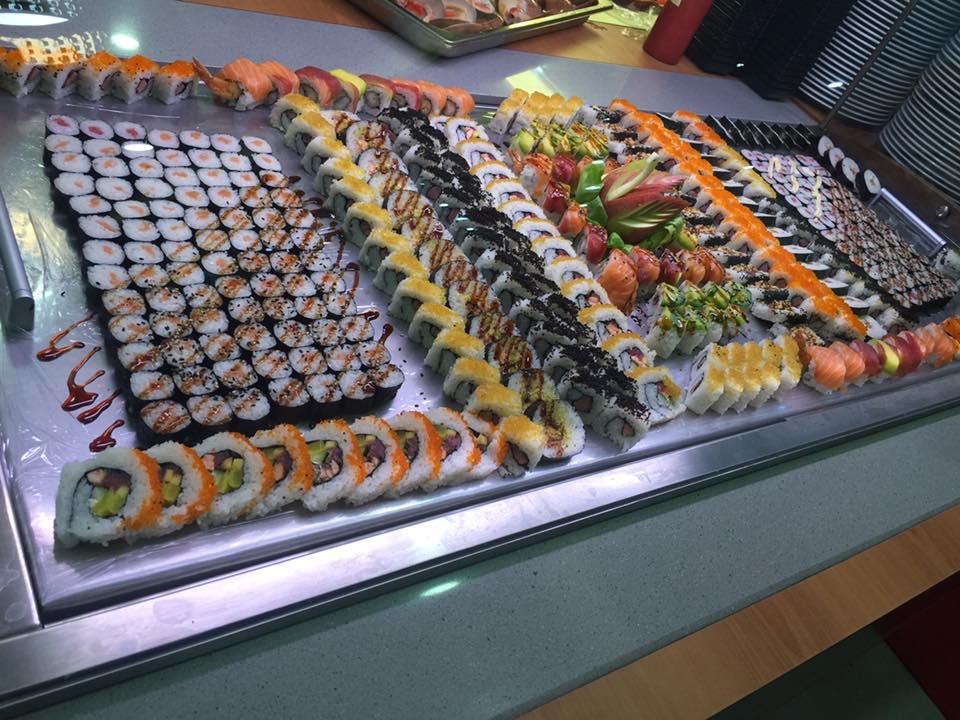buffet di sushi con maki al mango