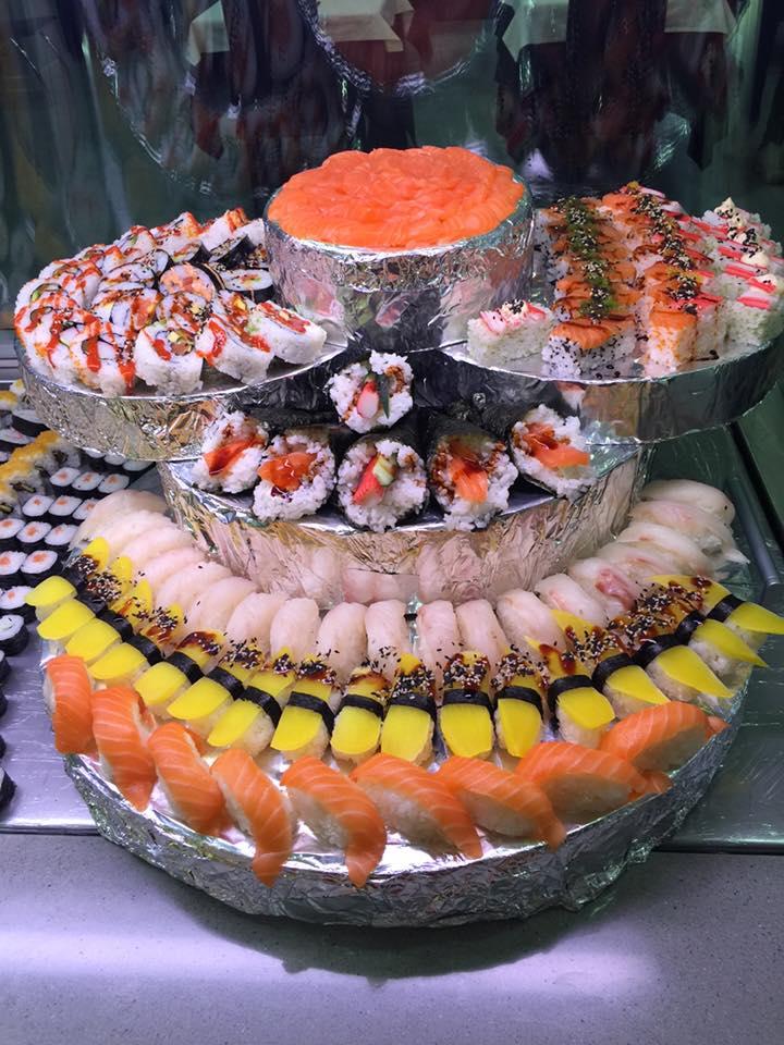 terratta di sushi con maki al salmone e nigiri