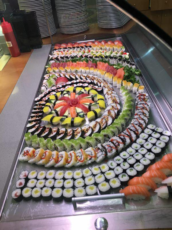 buffet di sushi decorato con frutta e verdura
