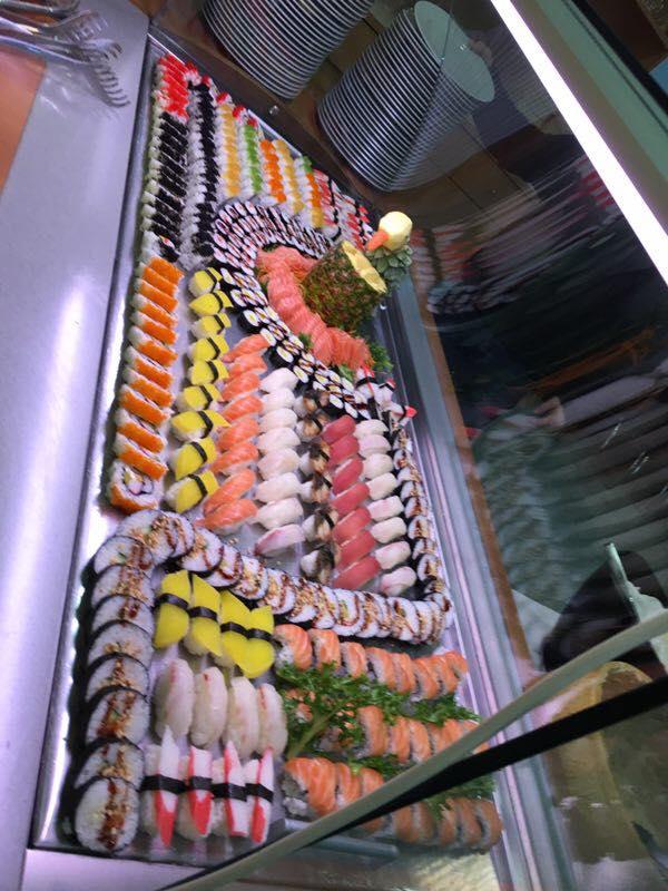 buffet di sushi con maki al salmone