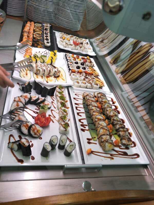 biffet di sushi decorato con salsa di doia