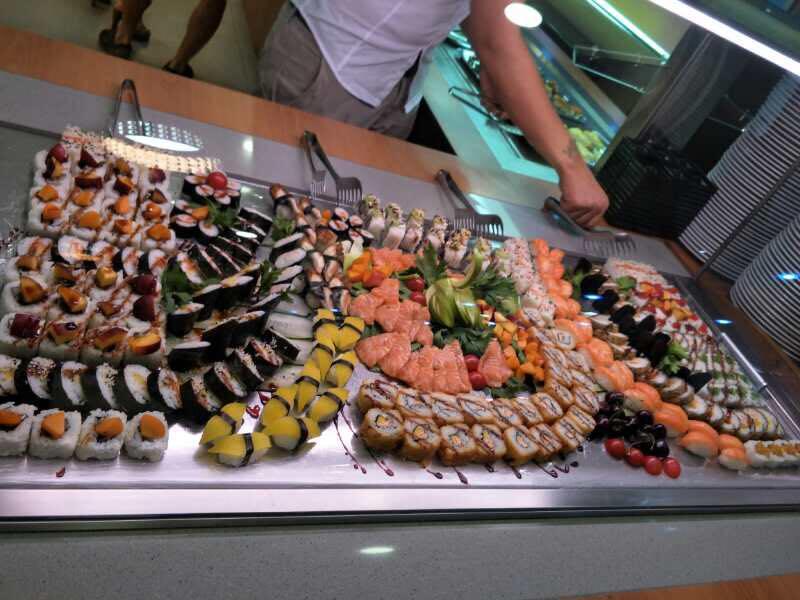 buffet di sushi con maki e nigiri