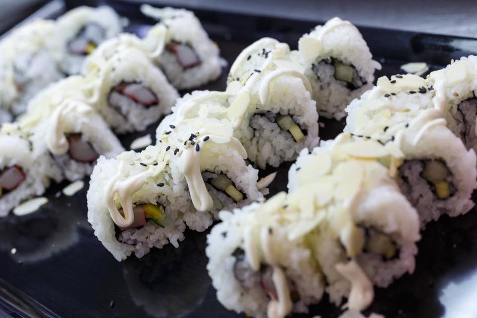 sushi con avocado