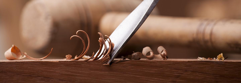 coltello che taglia del legno