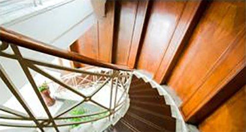 vista dall`alto di scale a chiocciola