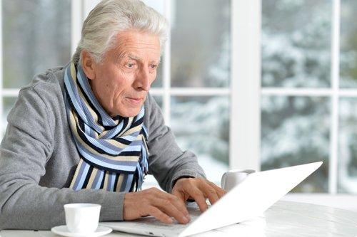 uomo anziano mentre ordina online una poltrona Emily