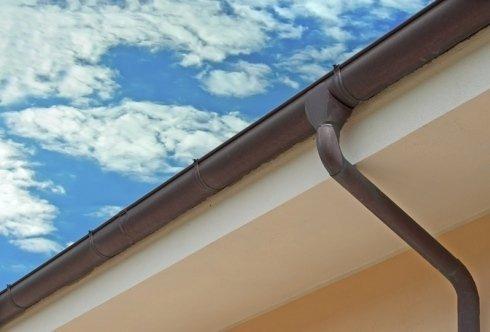 Canalina di scolo sotto a un tetto