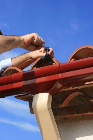 Operaio monta il rivestimento di un tetto