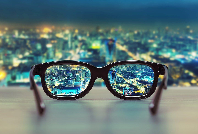 occhiali da vista con panoramica di una citta