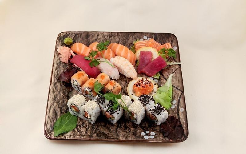 piatto di sushi e sashimi