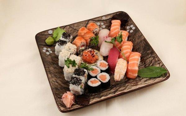 mix nigiri sushi e sahimi
