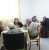 persone anziane mentre pranzano