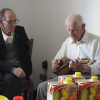 due uomini anziani durante un`attivita ricreativa