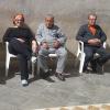 tre persone sedute sotto il sole
