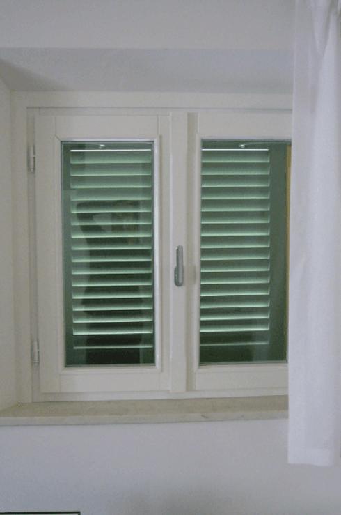 finestra a due ante laccata bianca