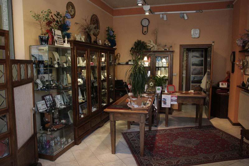 interno di una gioielleria con mobili e vetrine antiche