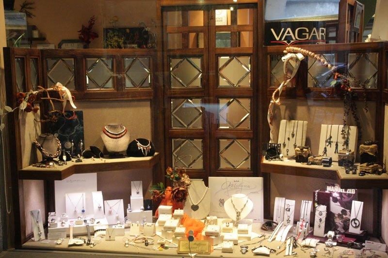 vista di una vetrina con dei gioielli in esposizione