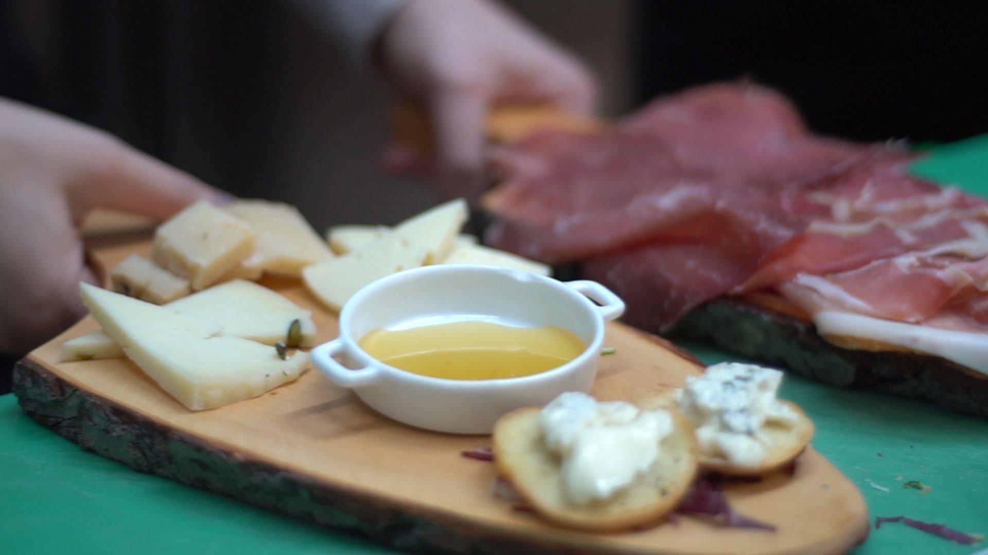 antipasto con formaggi e affettati