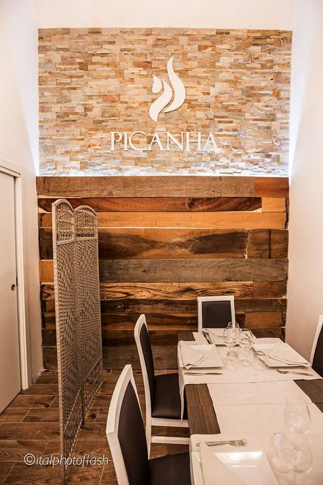 tavolo con dietro parete in legno