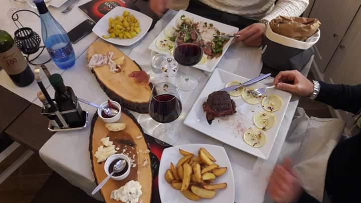 tavolo imbandito con vari piatti e vinello