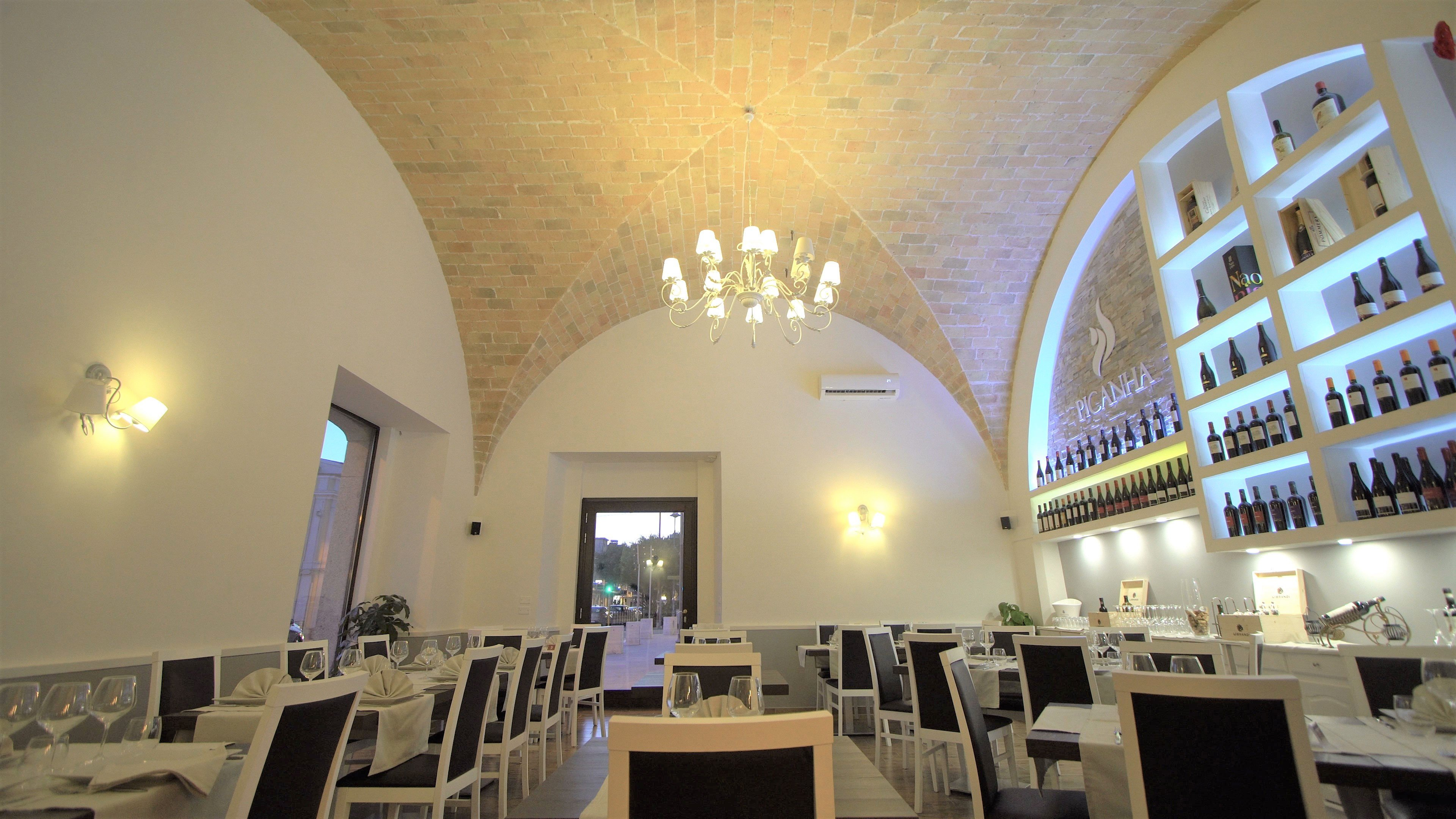 sala ristorante molto luminosa con soffitto in pietra