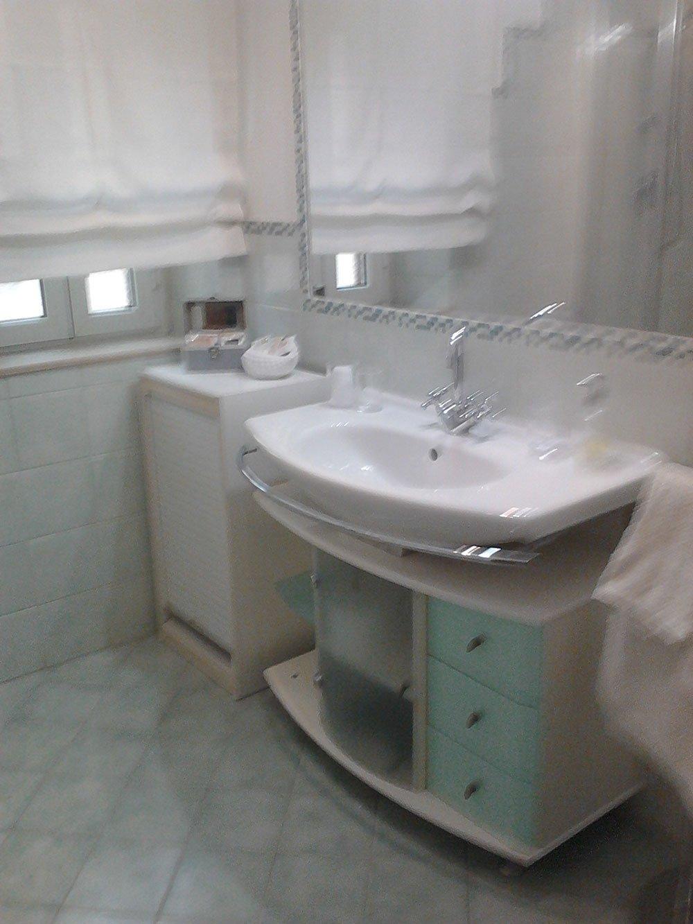 vista del lavabo e di uno specchio in un bagno