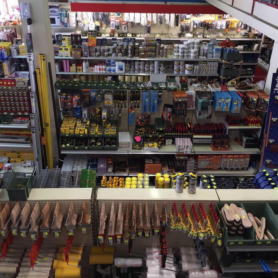 scaffale pieno di prodotti da ferramenta