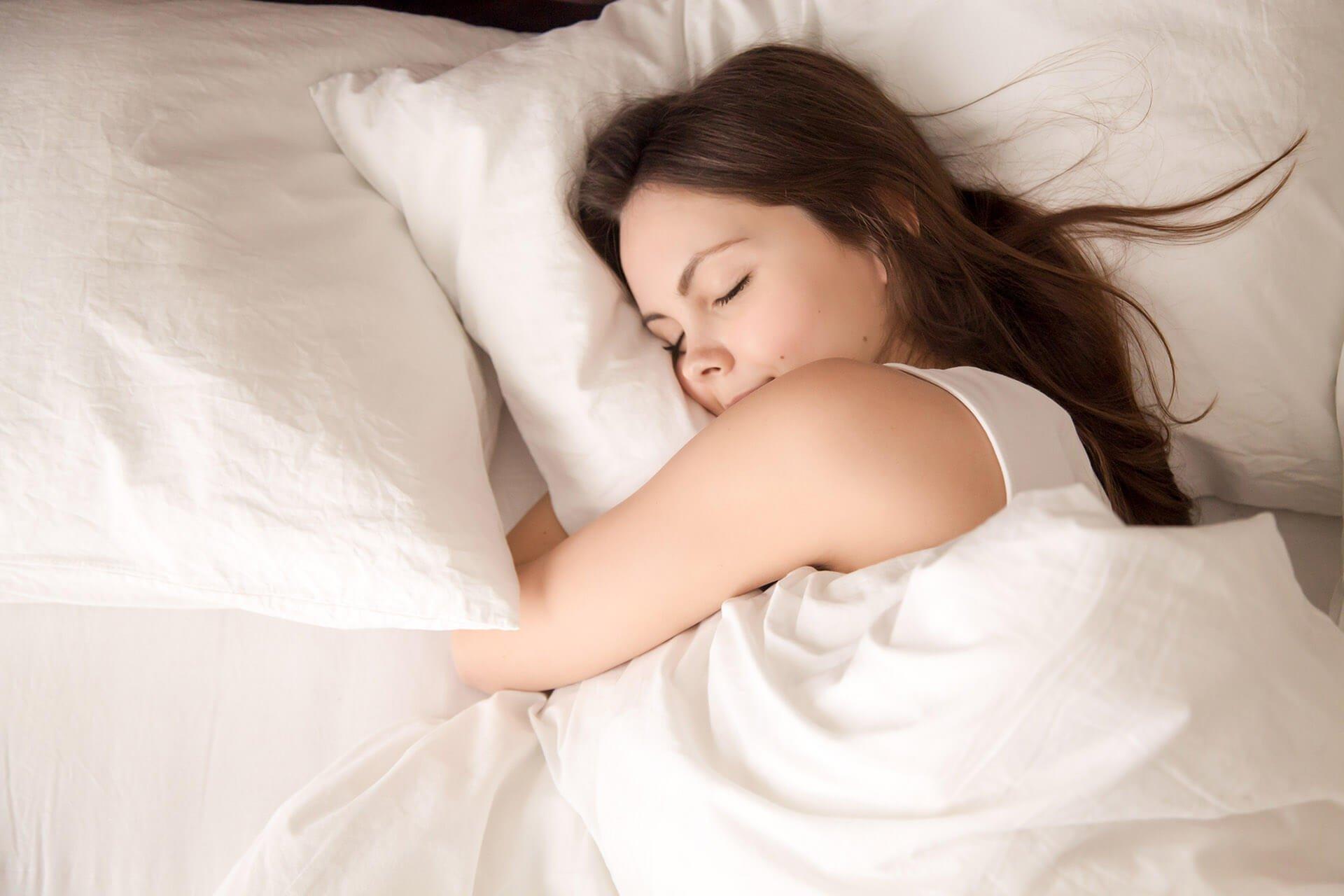 Primo piano di donna a letto