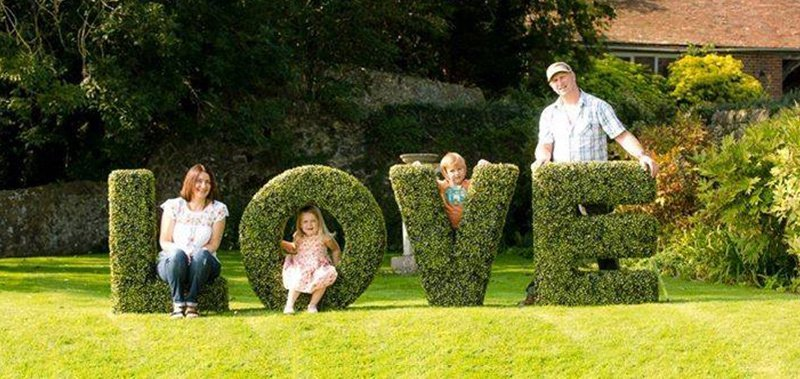 kids by the topiary letters