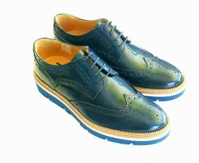 un paio di scarpe di pelle verdi