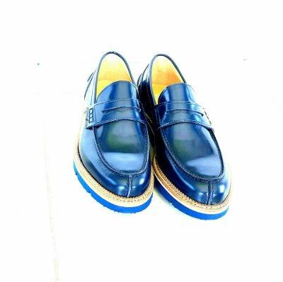dei mocassini di pelle color blu