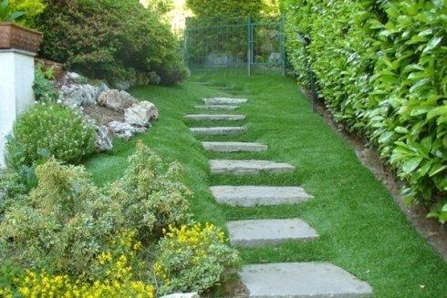 Realizzazione di percorsi in pietra per muoversi dentro il giardino.