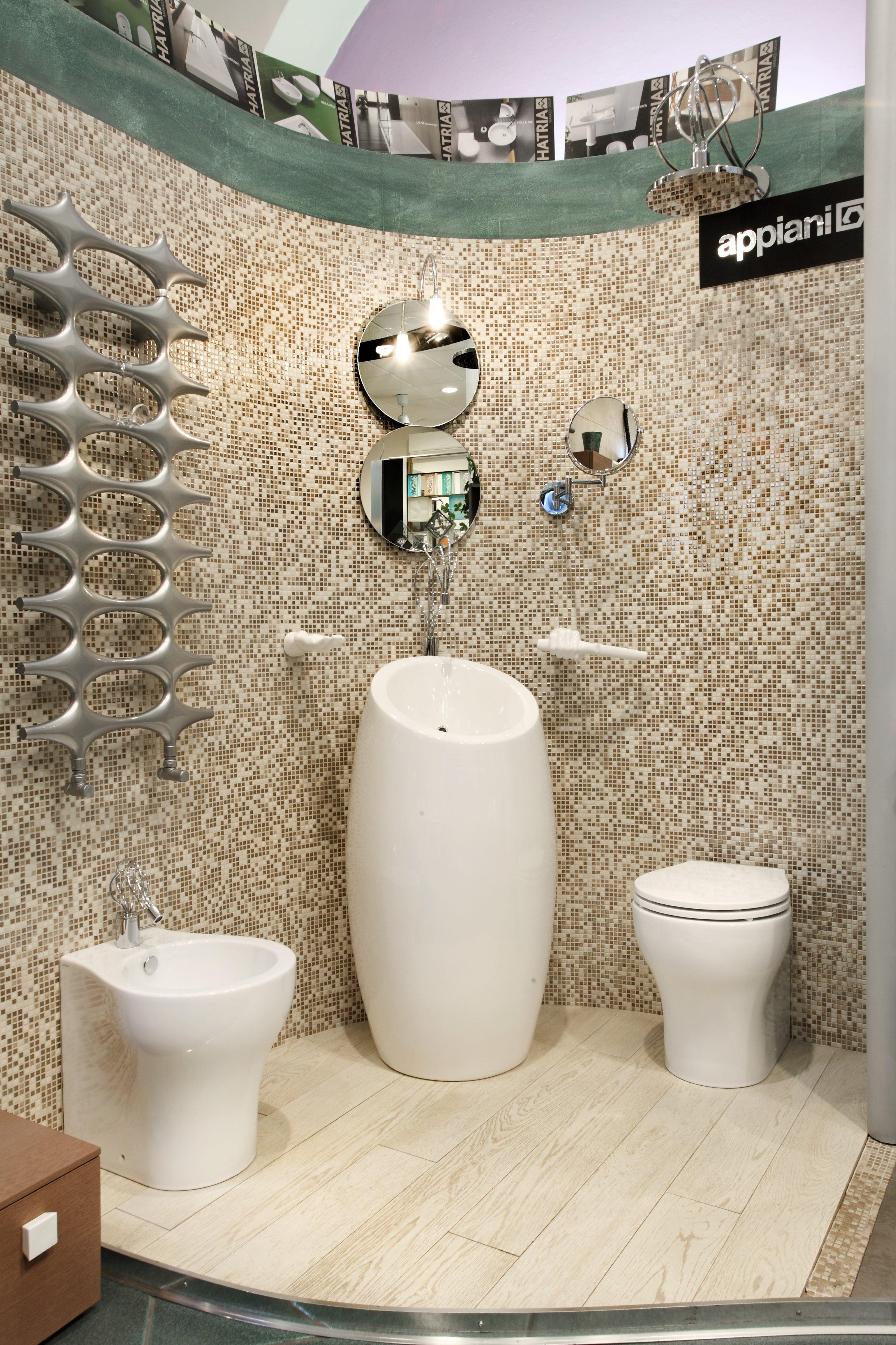 Vista frontale di un bagno con mensole in acciaio