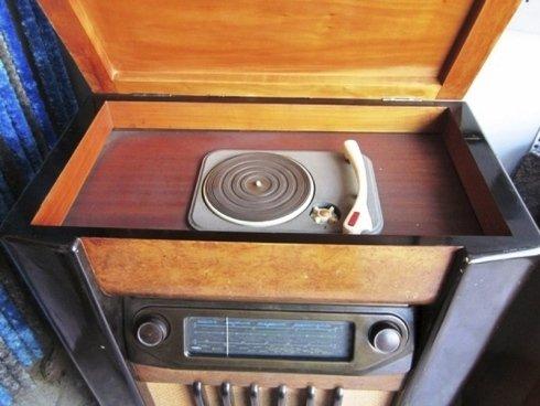 Vecchio impianto giradischi con radio