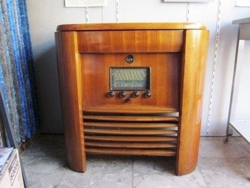 Vecchio apparecchio radio in legno