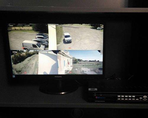 Monitor di un impianto di videosorveglianza in funzione
