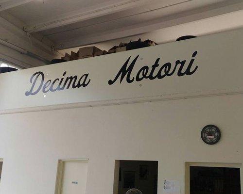 Insegna del negozio Decima Motori
