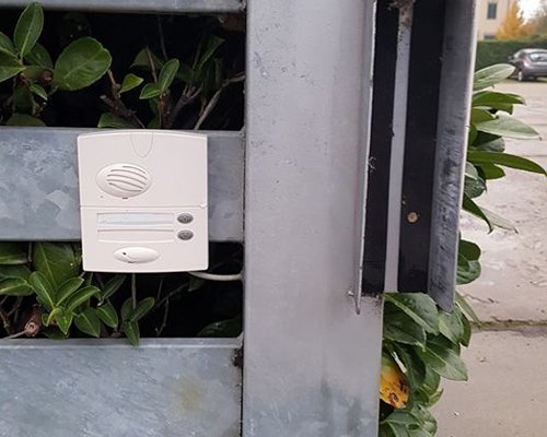 Un videocitofono all'esterno