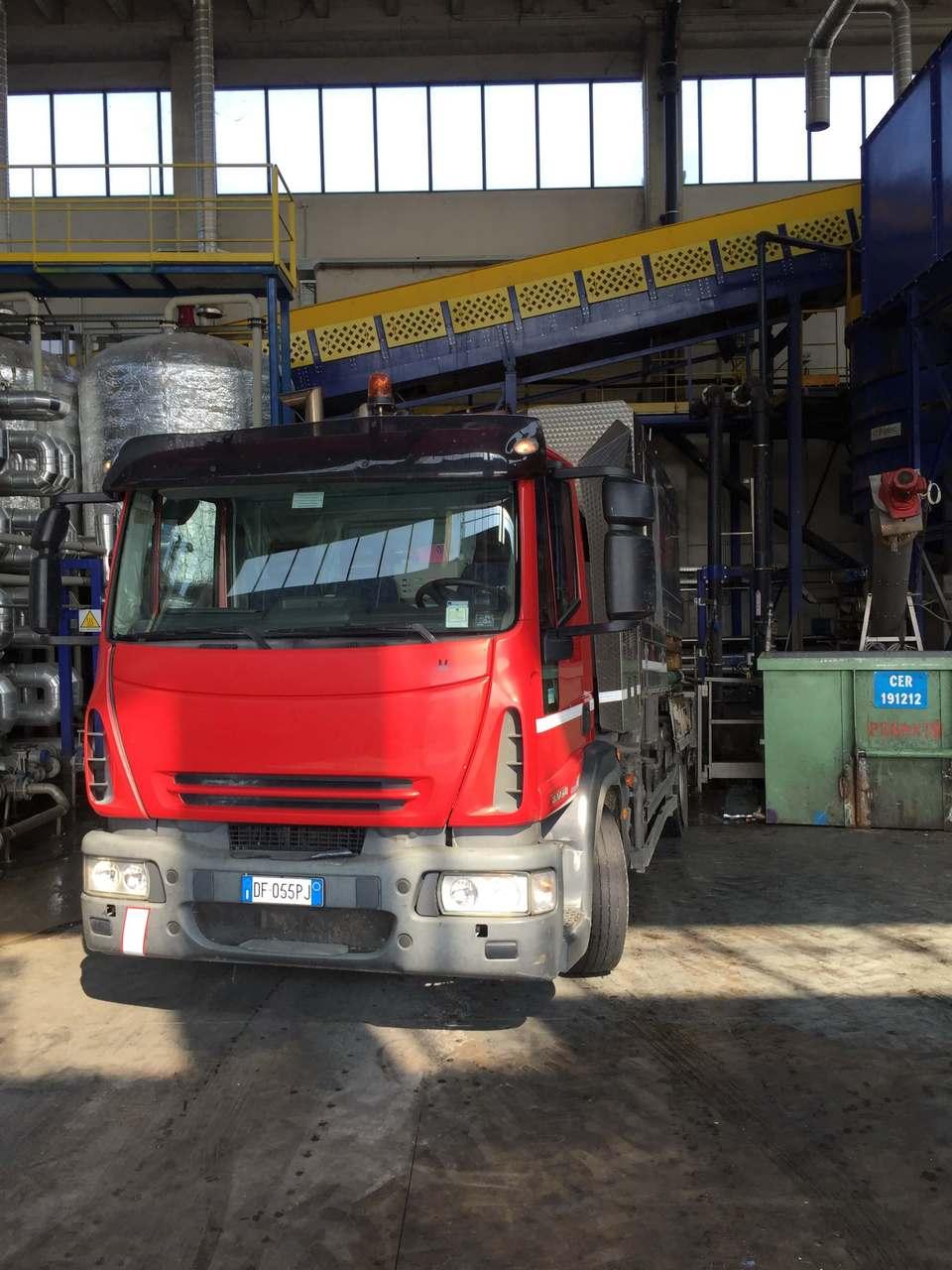 camion rosso nello stabile