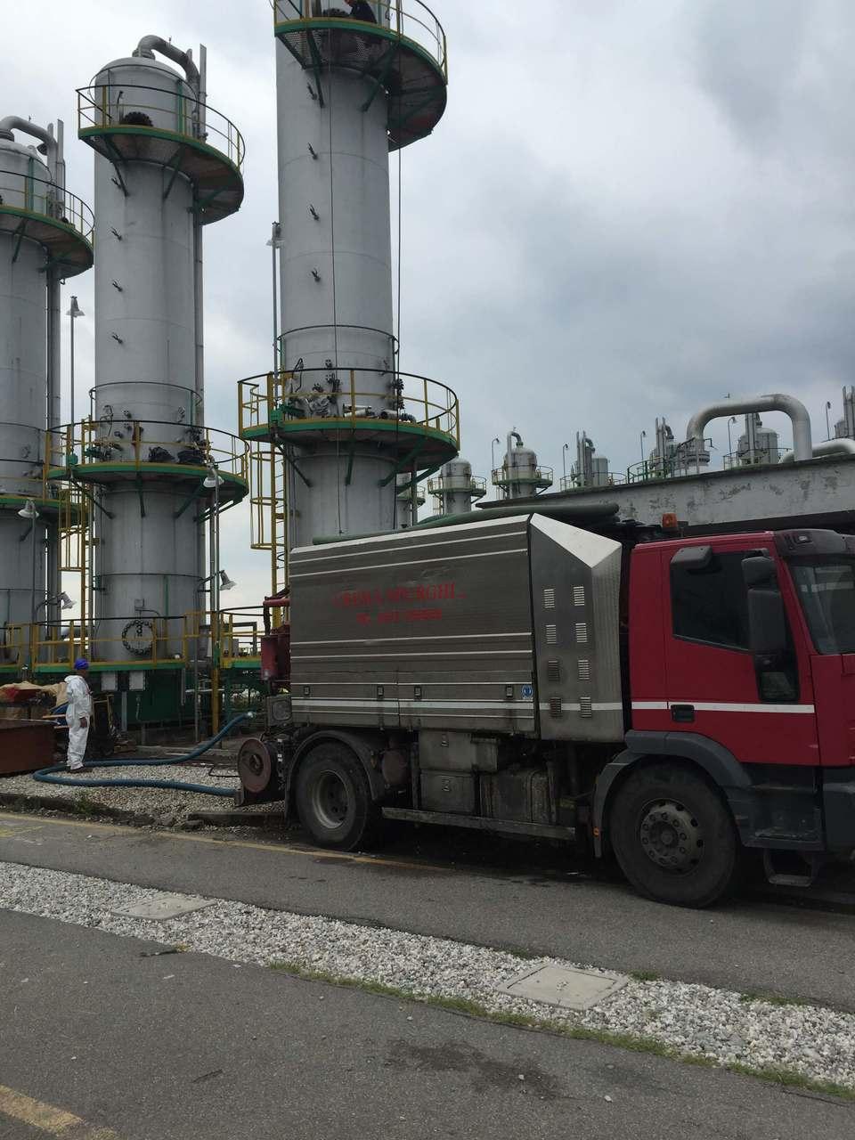 camion rosso con silos sullo sfondo