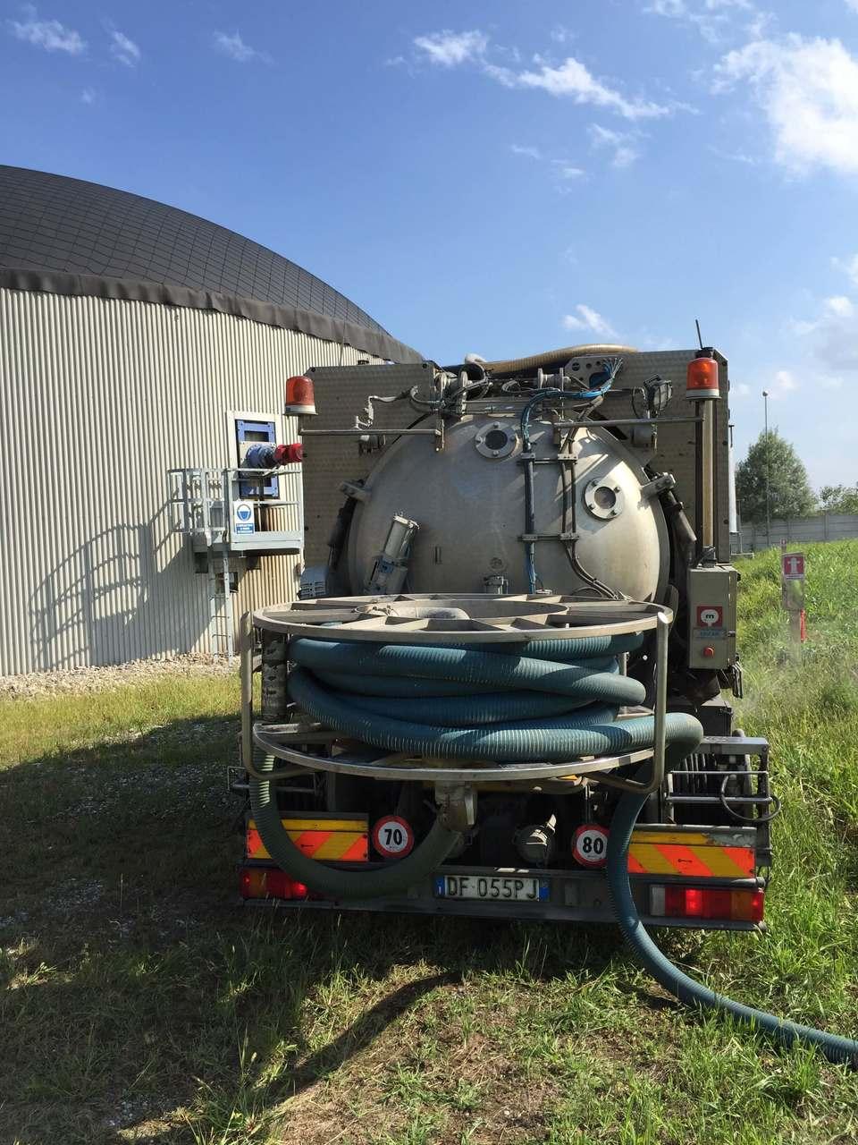 camion spurghi vicino ad una cisterna