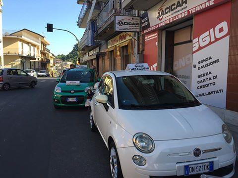 auto 500 a marchio FIAT parcheggiata e disponibile per il noleggio