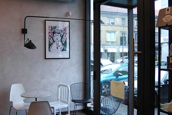 Angolo con tavolo e sedie presso Bullonificio Caffetteria a Monza